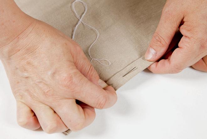 На каждом из трех полотен, которые будут закреплены на внешней стороне ширмы, в два ряда (высота произвольная) располагают четыре кармана. Затем, подогнув края, карманы приметывают и пристрачивают к полотнам.