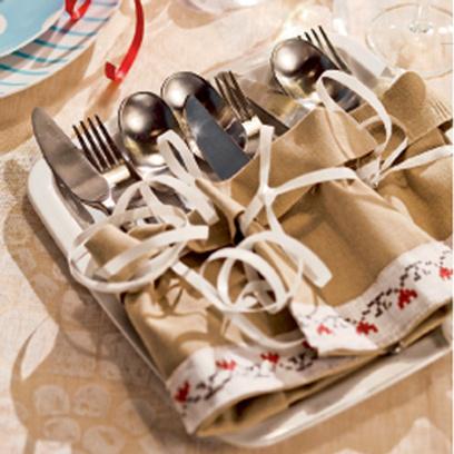 Ножи, вилки и ложки спрятаны в заранее сшитые и украшенные тесьмой льняные мешочки.