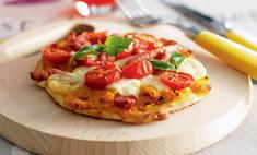 Пицца с китайской тыквой, помидорами и моцареллой