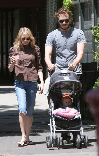 Хит Леджер и Мишель Уильямс на прогулке с маленькой дочерью