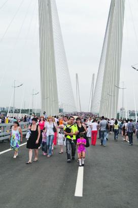 Гулять по мосту можно, но по праздникам