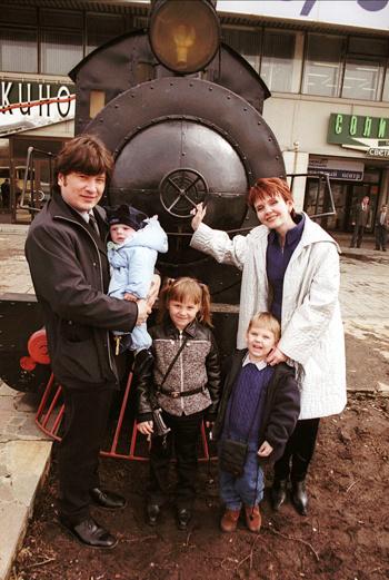 Валерия с Александром Шульгиным и их детьми: 5-летней Аней, 4-летним Артемом и 7-месячным Сеней. 1999 год.