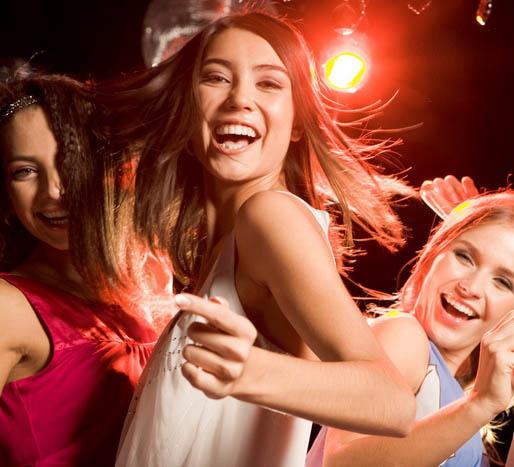 Девушки в клубе танцуют