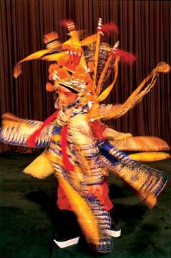 Ду Чжэ в костюме весом 10 кг способен выполнить все акробатические трюки, а едва закончив, запеть арию