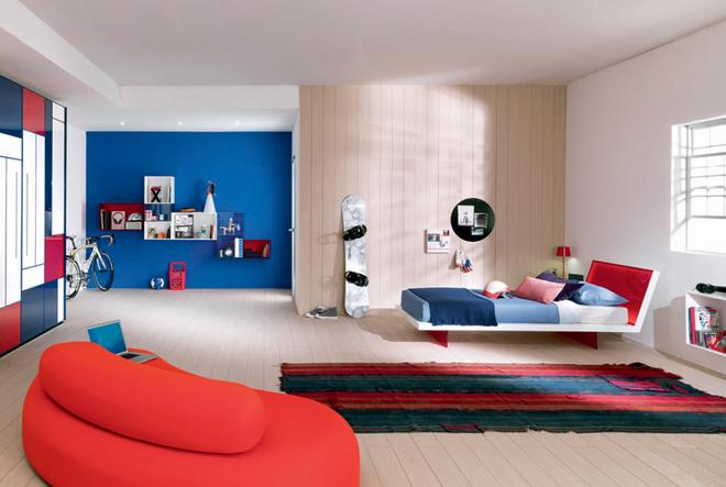 Перечень материалов, которые используются для производства детской мебели, пополнился цветным термопластиком. Из него делают подвесные полки, рабочие столы и даже каркасы кроватей. Серия Kubika (Sangiorgio). Новинка