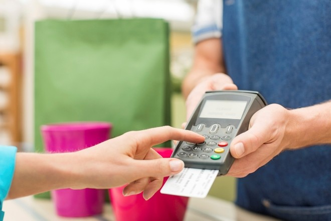Расплачиваясь картой, вы еще можете получить бонусы от банка
