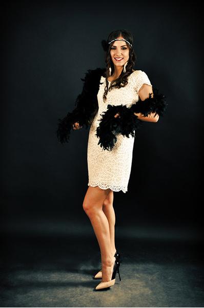 Как одеться в стиле Гэтсби  платья, прически, макияж в стиле 1920-х ... b6fed53a6c2