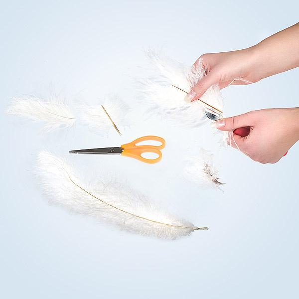 Разрезаем страусиные перья на 3-4 части в зависимости от их длины.