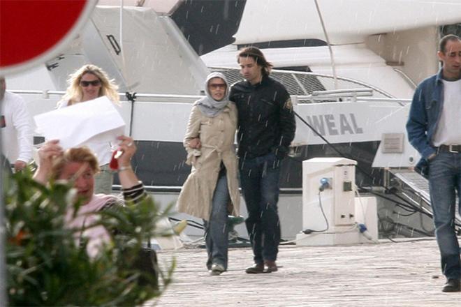 Помирившиеся Кайли и Оливье прогуливаются по Парижу