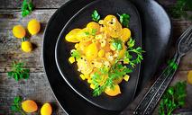 Желтый черри-салат с кукурузой и сыром