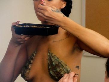 Обнаженная Рианна (Rihanna) на съемках клипа