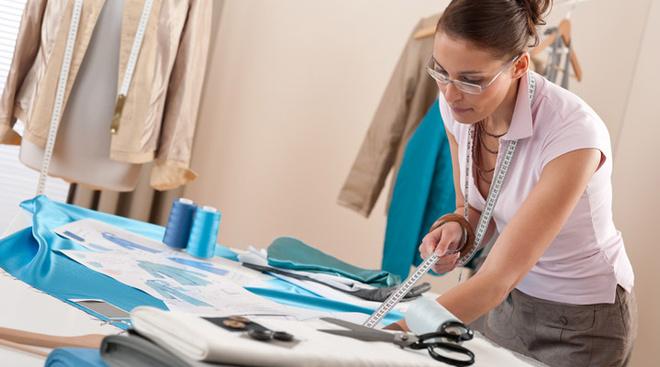 Первое, чему вас научат на курсах шитья, – это снимать мерки, строить чертеж, кроить ткань, и, конечно, сшивать части.