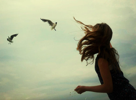 Женщина и птицы