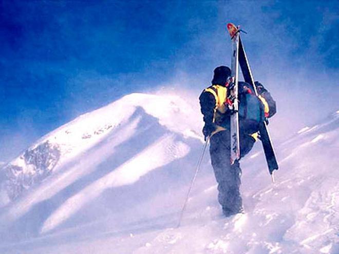 Представьте: вас сажают в вертолет (вместе с вашими лыжами или сноубордом), забрасывают на вершину и оставляют один на один с горой