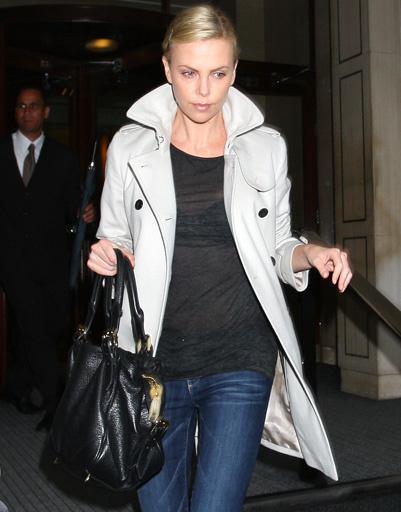 Шарлиз Терон (Charlize Theron) в светлом пальто