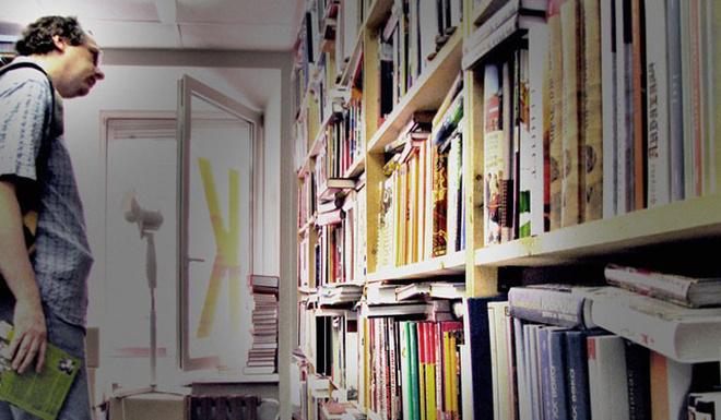 Крохотные книжные лавки для Москвы не редкость. Популярность подобных магазинчиков объясняется тем, что торгуют в них только той литературой, с которой продавцы знакомы лично. Случайных книг, как и случайных посетителей, здесь не встретишь.