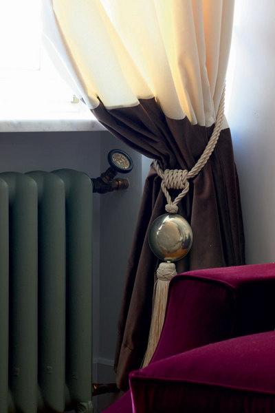 Портьеры слегким желтоватым оттенком в любую погоду создают эффект залитой солнцем комнаты. Два контрастных полотна стыкуются на уровне подоконника.