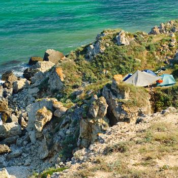 На мыс Тарханкут едут полюбоваться восхитительным скальным пейзажем и искупаться в чистой воде.