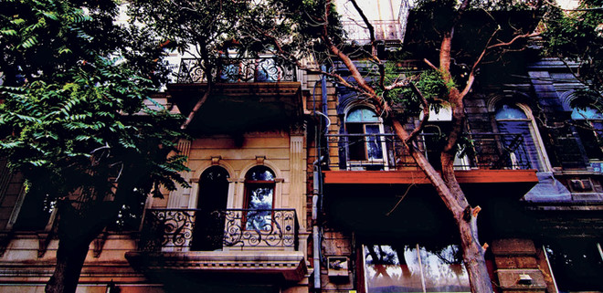 За достопримечательностями далеко ходить не надо. Дверь в дверь — дом XIII века. Вниз по лестнице — Девичья башня, за углом — караван-сарай.