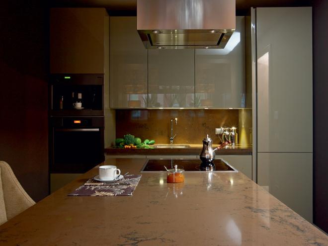 Кухня Binova со столешницей из кварца с черными прожилками.