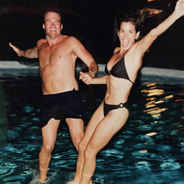 Синди Кроуфорд и ее супруг прыгают в бассейн
