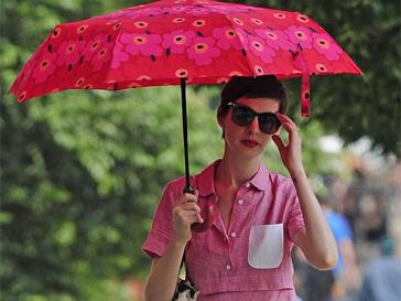 Энн Хэтэуэй (Anne Hathaway) гуляет под зонтом в солнечные дни.