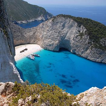 Закинф - один из двух греческих национальных морских парков, созданных специально для охраны морских черепах. Побережья острова изрезаны белыми скалами, а многочисленные гроты завораживают своей красотой. Самая красивая бухта острова - Навайо