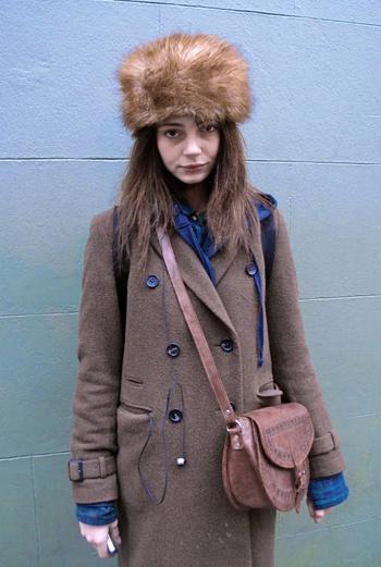 Еще одна девушка из самого сердца Великобритании. Ее темно-синяя рубашка удачно подчеркивает яркие пуговицы пальто.