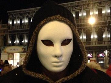 Сергей Глушко удивил Наташу Королеву маскарадным костюмом