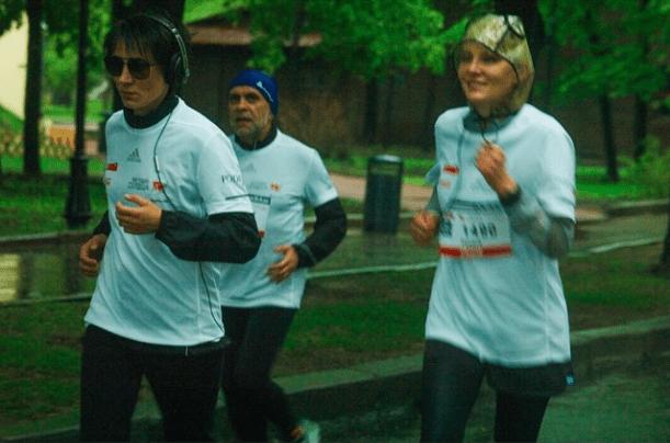 Земфира и Рената Литвинова бегут в Парке Горького фото