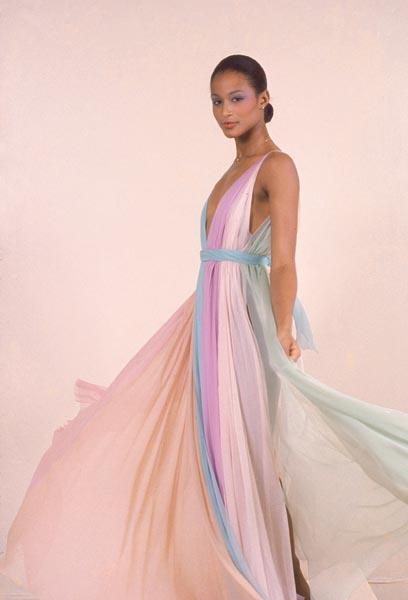 Модель Беверли Джонсон в платье Halston, 1975 год.