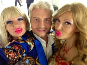 Николай Басков в компании Энджи и Крис.