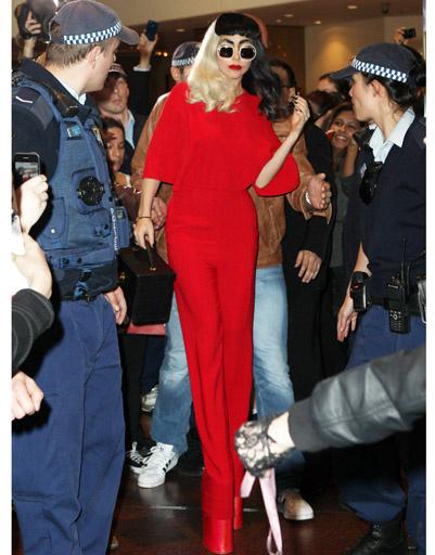 Леди ГаГа (Lady GaGa) направляется на йогу.