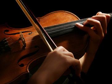 Оливер Льюис играет на срипке олоко 30 лет