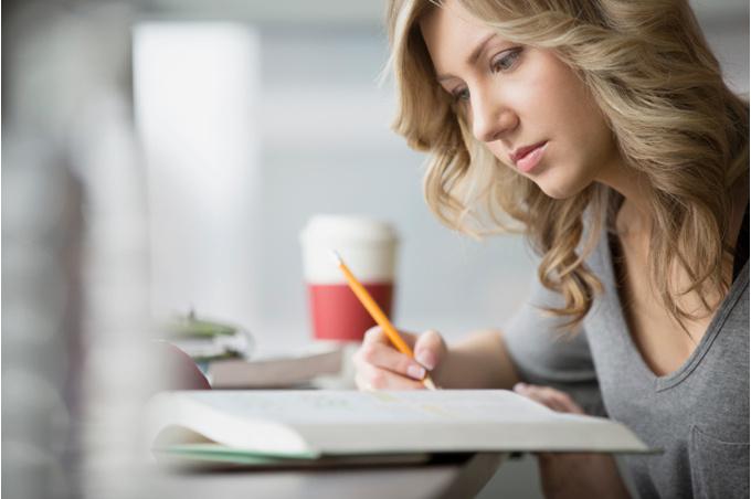 Девушка-студентка с книгой