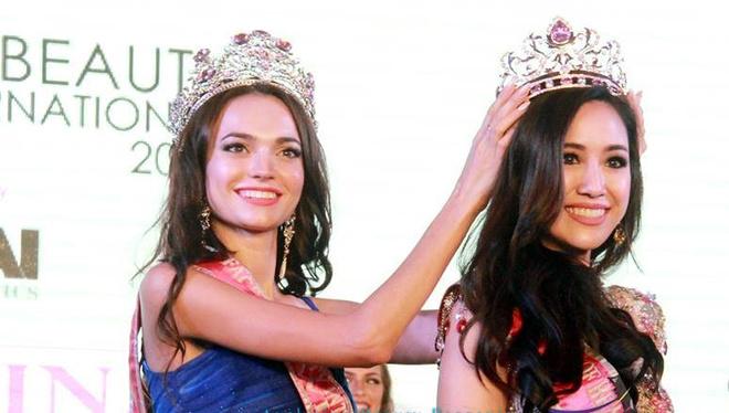 Обладательница титула «Самое красивое лицо мира» Алена Раева передает корону участнице из Таиланда