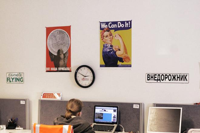 Часы, таблички, рисунки, плакаты и картины – на стенах можно найти все что угодно. Интересно, что несмотря на обилие декора, которым украшают сотрудники стены, офис совсем не выглядит пестрым.