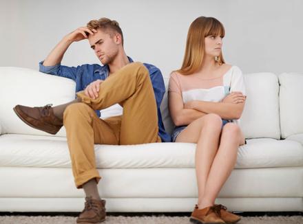 Пара на диване: избавиться от отношений
