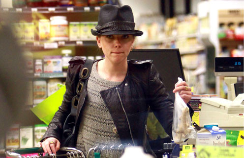 Скарлетт Йоханссон покупает имбирь для Шона Пенна.