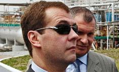 Модный провал: Дмитрий Медведев надел женские очки