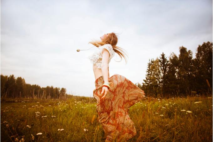 Девушка, танцующая в полях