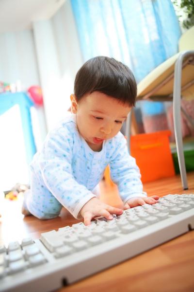 Найдите своему ребенку занятие в офисе на весь день. Помните, что его «офисный досуг» не должен быть шумным