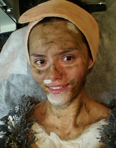 Катя Ли делает грязевые маски для лица и тела