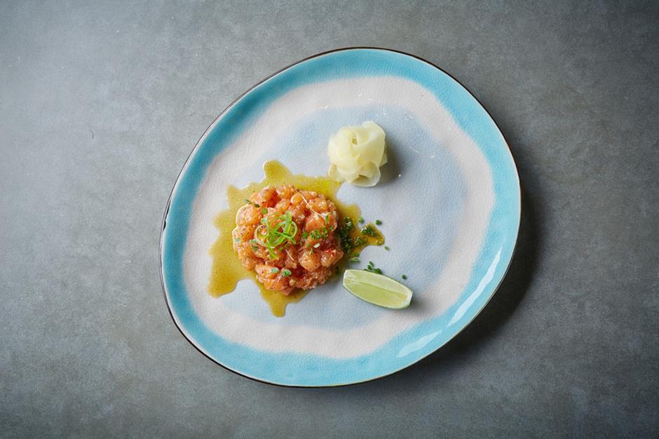 Севиче из лосося с лаймом и соусом ахи амарилло