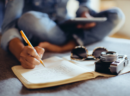 Девушка делает запись в дневнике