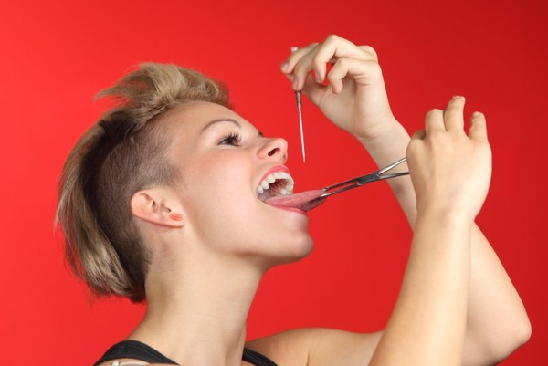 Как делать пирсинг языка