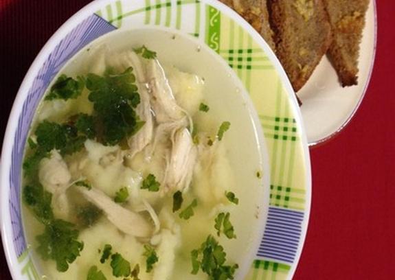 Куриный суп с клецками, чесночные гренки