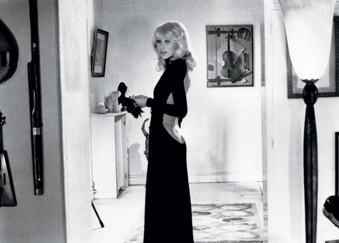 Мирей Дарк в фильме «Высокий блондин в черном ботинке», 1972