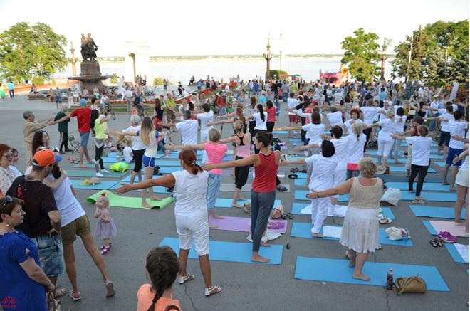 Зарядка на свежем воздухе: йога на набережной