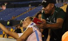Фанат положил футболистке руку на грудь во время селфи и поплатился